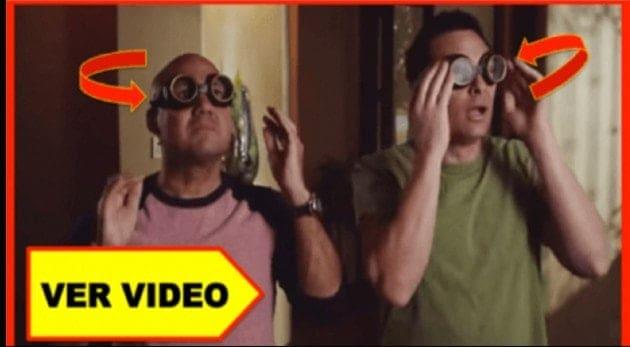 No puedo creer lo que pasa cuando estos hombres se ponen estos anteojos.