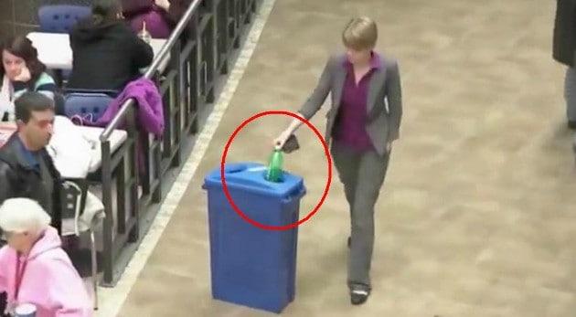 Esta mujer recoge una botella y desencadena un sorprendente acontecimiento