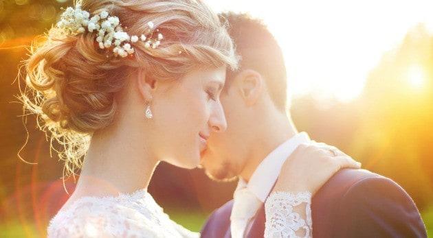 Hombre planea boda para su esposa