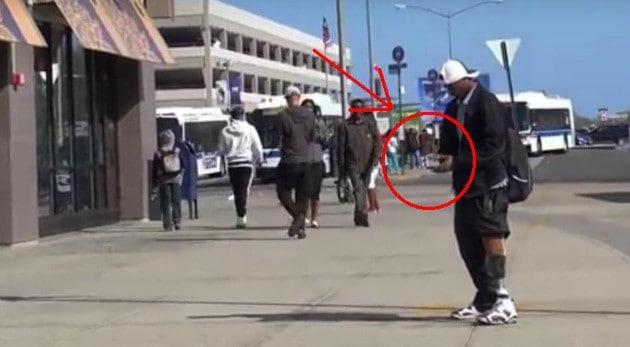 Este joven levantó una billetera que estaba en el suelo y se fue de compras. Mira lo que pasó cuando se encontró con el dueño.