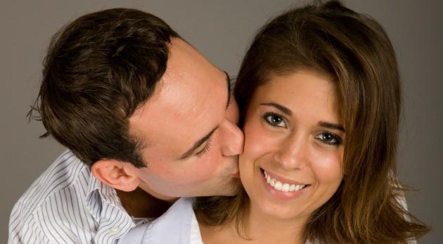pareja el la besa 2